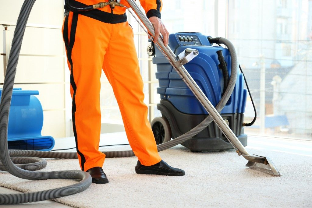 worker cleaning the carpet